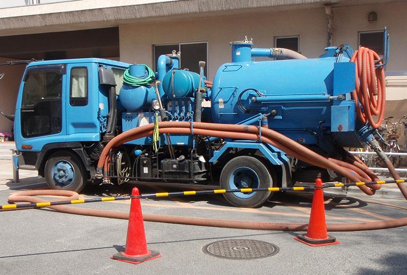 汚泥を吸引・運搬するバキュームタンク車