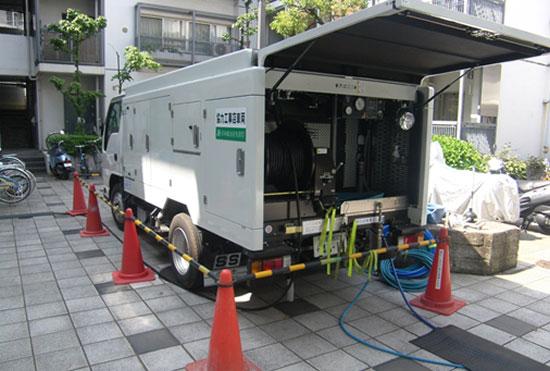雑排水管の清掃で活躍する超高圧洗浄車
